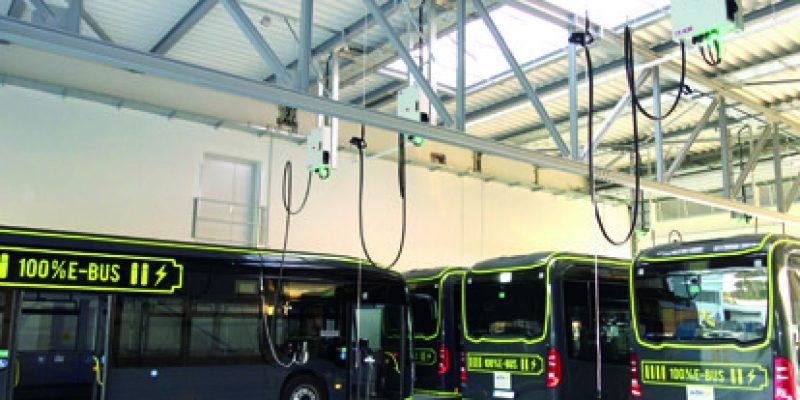 Die Busunternehmen stehen vor komplexen Entscheidungen: Ihr maßgeblicher rechtlicher Rahmen wurde seitens der Europäische Union und des Bundes tiefgreifend verändert. Künftig sollen auf deutschen Straßen vorrangig saubere Busse im Sinne der Richtlinie für saubere Fahrzeuge (Clean Vehicles Directive – CVD) rollen.