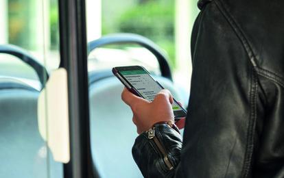 """Besonders durch COVID-19 hat sich der kundenseitige Wunsch nach kontaktlosen Bezahlmöglichkeiten verstärkt. Während diverse Geschäfte im Einzelhandel bereits kontaktloses Bezahlen als Teil des Hygienekonzepts anbieten, rückt auch das """"kontaktlose Ticketing"""" im Öffentlichen Personennahverkehr (ÖPNV) kundenseitig stärker in den Fokus."""
