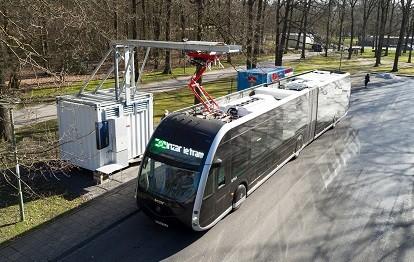 Im Rahmen des EU-Projektes ASSURED haben vier E-Bus-Typen in Osnabrück unterschiedliche Ladelösungen getestet, u.a. der spanische Irizar am Waldfriedhof Dodesheide (Bild: Stadtwerke Osnabrück / Uwe Lewandowski).