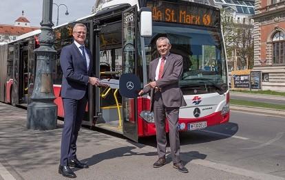 v.l.n.r: Dirk Schmelzer, CEO EvoBus Austria und Günter Steinbauer, CEO Wiener Linien (Bild: Daimler AG)