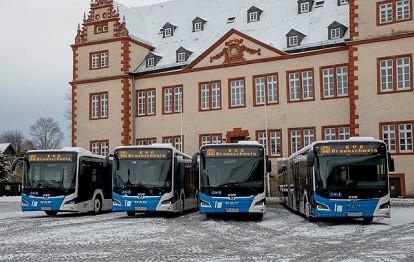 Die vier neuen Busse im Schlosshof des Museum Schloss Salder, Salzgitter (Bild: KVG)