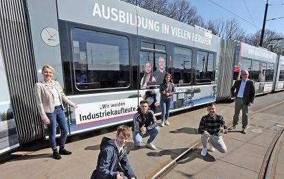 Nina Lepper, Leiterin des Centers Personal (links), und BSAG-Vorstandssprecher Hajo Müller mit den Auszubildenden, die für die neue Azubi-Bahn Modell gestanden haben (Bild: BSAG)