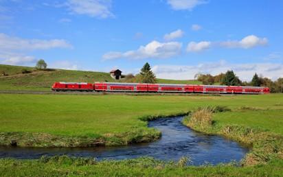 Ab dem 7. Mai 2021 stehen Berufspendelnden und Urlaubsreisenden auf Ihrer Reise mit der Deutschen Bahn (DB) von und nach Sylt deutlich mehr Kapazitäten zur Verfügung. Das Land Schleswig-Holstein und die DB haben gemeinsam ein umfangreiches Maßnahmenpaket geschnürt, um bei steigendem Reiseverkehr in den Sommermonaten ein zusätzliches Angebot an Sitzplätzen und eine bestmögliche Verteilung der Fahrgäste in den Zügen zu ermöglichen.