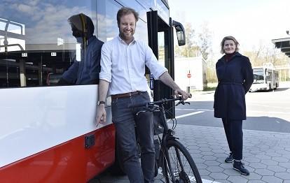 Senator Anjes Tjarks und HOCHBAHN-Vorständin Claudia Güsken bei der Präsentation des Abbiege-Assistenten für Busse (Bild: HOCHBAHN)