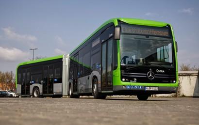 Für den vollelektrisch angetriebenen Stadtbus eCitaro gibt es drei Jahre nach seiner Weltpremiere ein Update, Mercedes-Benz wechselt auf eine nochmals leistungsstärkere Generation von Lithium-Ionen-Batterien. Die ersten Gelenkbusse des Typs eCitaro G wurden jetzt an den Verkehrsbetrieb ÜSTRA in Hannover ausgeliefert.