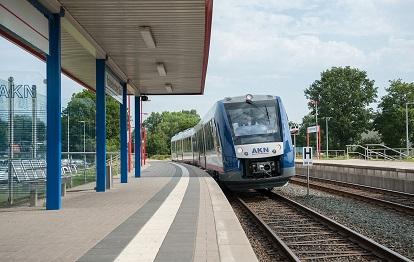 Ein AKN-Lint 54 am AKN-eigenen Bahnhof Kaltenkirchen Süd (Bild: AKN Eisenbahn GmbH)
