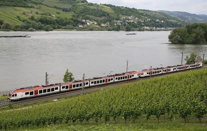 Rheingaubahn bei Lorch (Bild: RMV / Helmut Vogler)