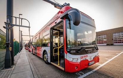Geladen werden die Ebusco 2.2 stationär auf dem Betriebshof in Friesdorf mittels CCS2-Stecker (Bild: SWB / Benjamin Westhoff)