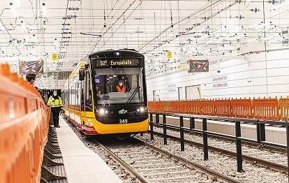 Das Foto zeigt eine VBK-Tram bei der Fahrt durch die unterirdische Haltestelle Durlacher Tor im Rahmen des Stresstests (Bild: Paul Gärtner / VBK)