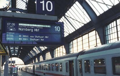 Die Deutsche Bahn und der Energieversorger RWE haben ihren bestehenden Vertrag erweitert: Ab 2025 möchte die Bahn noch mehr Ökostrom aus einem Windpark vor Helgoland beziehen und orderte daher zusätzliche 190 Gigawattstunden Strom aus dem Windpark auf der Amrumbank, wo sich künftig jedes vierte Windrad für die Bahn drehen wird.