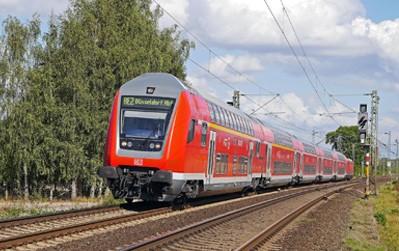 Die Absicht des Bundesverkehrsministeriums für eine drastische Trassenpreissenkung von 98 % für eigenwirtschaftliche Verkehre bis 2022 unterstützen die mofair-Wettbewerbsbahnen ausdrücklich. Sie bedeutet eine Abkehr von der bisherigen Haltung des BMVI, die Coronafolgen auf der Schiene allein durch eine pauschale und massiv wettbewerbsverzerrende Eigenkapitalerhöhung für die Deutsche Bahn AG ausgleichen zu wollen.