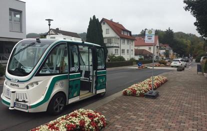 Seit diesem Mittwoch macht die Mobilität von Morgen Halt in Bad Soden-Salmünster. Zum allerersten Mal ist das autonome Fahrzeug des Pilotprojekts EASY (kurz für Electric Autonomous Shuttle for You) dort auf öffentlicher Straße unterwegs.