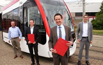 """Den Kaufvertrag über acht weitere Fahrzeuge des Typs """"Urbos 100"""" haben die Vorstände der Freiburger Verkehrs AG (VAG) und der spanischen Herstellerfirma CAF (Construcciones y Auxiliar de Ferrocarriles) unterschrieben. Damit hat die VAG eine Option gezogen, die im 2017 geschlossenen Kaufvertrag der jüngst gelieferten neuen fünf Fahrzeuge enthalten war."""