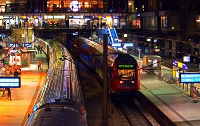 Die Deutsche Bahn will weniger Plastikmüll produzieren und die Abfälle aus Bahnhöfen und Zügen noch besser aufbereiten. Ab Juni greifen deshalb gleich zwei neue Maßnahmen für mehr Ressourcenschutz: In der Bordgastronomie der Fernzüge ersetzt die DB das bisherige Plastikbesteck für to-go-Produkte durch ein FCS-zertifiziertes Holzbesteck.