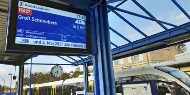 Neue Zugzielanzeiger auf dem Bahnhof Basdorf zeigen neben Abfahrtsinformationen nun auch die Auslastung der ankommenden Züge an. Die neuen Geräte bieten zudem eine wesentlich bessere Lesbarkeit der angezeigten Informationen.