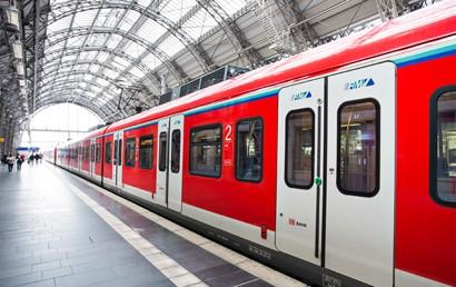 """In dem Projekt werden in den Bundesländern vorhandene Echtzeit-Datendrehscheiben über zwei sogenannte """"Regio-Cluster"""" miteinander vernetzt. Im Ergebnis können deutschlandweit die Prognosedaten unzähliger Verkehrsunternehmen zu hunderttausenden Fahrten einheitlich bereitgestellt werden."""