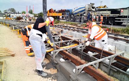 Ein weiterer Meilenstein im Bau der Linie 3 nach Königsbrunn ist erreicht. Das letzte Gleisstück der Strecke wurde verlegt und einbetoniert.