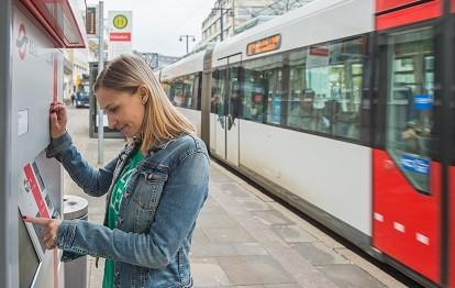"""Straßenbahn und Ticketautomat der BSAG in Bremen an der Haltestelle """"Schüsselkorb"""" (Bild: VBN / Kluge Kommunikaton GmbH)"""