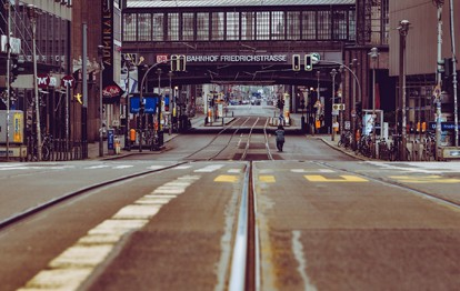 Untersuchung der Deutschen Umwelthilfe (DUH) zeigt, dass sich die provisorisch eingerichtete autofreie Friedrichstraße in Berlin positiv auf die Luftqualität auswirkt. Demnach ist die Belastung mit dem Dieselabgasgift Stickstoffdioxid (NO2) in einem halben Jahr um mehr als 10 µg/m³ zurückgegangen.