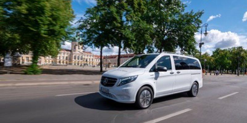 """Bis zu 74 elektrische Kleinbusse vom Typ """"eVito Tourer PRO"""" fahren künftig auf Abruf bei sieben On-Demand-Partnern im Rhein-Main-Verkehrsverbund (RMV). Der Autohersteller erhält damit den Zuschlag nach einer europaweiten Ausschreibung, die die Partner gemeinsam auf den Weg gebracht hatten."""