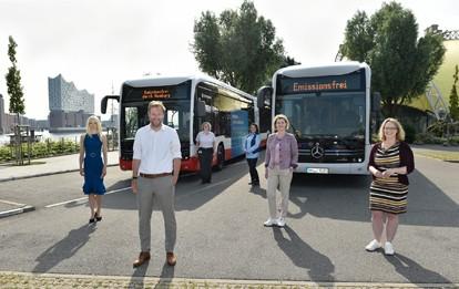 Die Hamburger Hochbahn AG (HOCHBAHN) und die Verkehrsbetriebe Hamburg-Holstein GmbH (VHH) haben die ersten Fahrzeuge gestern (10.6.2021) der Öffentlichkeit präsentiert. Mit den Gelenkbussen des Typs eCitaro G von Daimler Buses stehen jetzt auch emissionsfreie Fahrzeuge zur Verfügung, die mit einer Länge von 18 Metern rund 100 Fahrgästen Platz bieten.