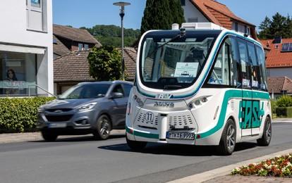 """Nachdem """"EASY"""" erfolgreich über 500 Kilometer im öffentlichen Straßenverkehr in Bad Soden-Salmünster absolviert hat, dürfen dank gesunkener Inzidenzen ab Mittwoch (16.6.2021) auch Fahrgäste an Bord des autonomen Shuttles mitfahren."""