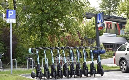 An jeweils zwei Hamburger U-Bahn-Haltestellen in Langenhorn und Lokstedt stehen Interessierten ab sofort insgesamt 200 E-Scooter vom Sharingdienst TIER Mobility als Zubringer zum ÖPNV zur Verfügung. Nachdem die Hamburger Hochbahn AG (HOCHBAHN) diesen Ansatz bereits erfolgreich in Berne und Poppenbüttel erprobt hat, startet nun ein neuer Pilot.