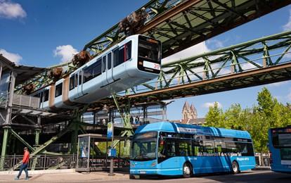 Mit nur wenigen Klicks und aus einem einzigen System kann das Wuppertaler Verkehrsunternehmen WSW mobil GmbH seinen Fahrgästen Echtzeit-Informationen zum Betriebsablauf liefern – multimedial zeitgleich in Fahrzeugen und an Haltestellen sowie online.