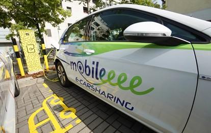 Seit dem jüngsten Update steckt noch mehr Vielfalt in der Jelbi-App der Berliner Verkehrsbetriebe (BVG). Denn ab sofort lässt sich über die digitale Mobilitätsplattform der BVG auch das stationäre Carsharing-Angebot von mobileeee reservieren, buchen und bezahlen.