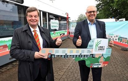 Enak Ferlemann (Parlamentarischer Staatssekretär beim Bundesminister für Verkehr und digitale Infrastruktur) und Bremens Bürgermeister Dr. Andreas Bovenschulte mit dem symbolischen Schlüsselübergabe für die Huchting-Bahn zur Verlängerung der Linie 1 (Bild: BSAG)