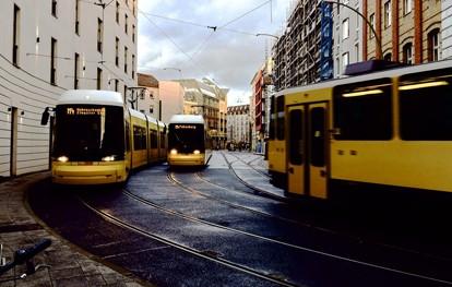 Eine unabhängige Untersuchung des Mobility Institute Berlin (mib) zeigt, wie groß der Reisezeitnachteil für ÖPNV-Nutzer im Vergleich zu Autofahrenden in den elf größten deutschen Städten ist.