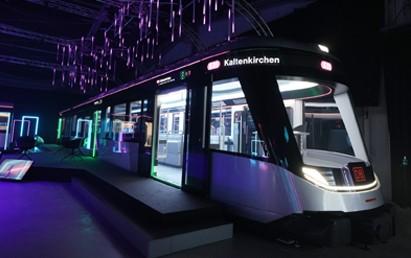 Die Deutsche Bahn hat heute (22. Juli 2021) das begehbare Modell einer S-Bahn der Zukunft vorgestellt und setzt damit neue Maßstäbe für den Bahnverkehr in Metropolregionen. Mit dem IdeenzugCity zeigt die DB erneut innovative Lösungen auf, mit denen Besteller und Bahnbetreiber im Nahverkehr die Qualität und Kapazität auf der klimafreundlichen Schiene weiter deutlich erhöhen können.