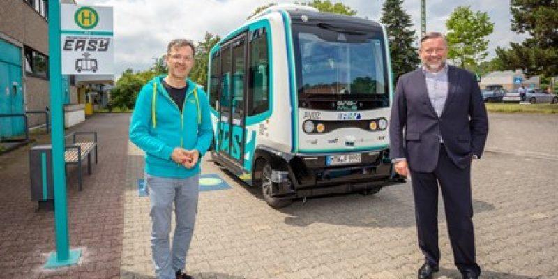 """Das Shuttle des Rhein-Main-Verkehrsverbundes (RMV) """"EASY"""" hat seine erste Fahrt ganz ohne Operator an Bord absolviert. Am 15. Juli 2021 drehte es ohne Begleitung die erste Runde auf dem Areal der VGF-Stadtbahnzentralwerkstatt."""