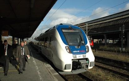 Die Bundesnetzagentur hat heute einen Sonderbericht über die Entwicklung des Eisenbahnmarktes 2020 in Deutschland unter den Bedingungen der Covid-19-Pandemie veröffentlicht. Die Verkehrsleistung sank im Jahr 2020 um 38 Prozent im Schienenpersonennahverkehr und um 47 Prozent im Schienenpersonenfernverkehr.