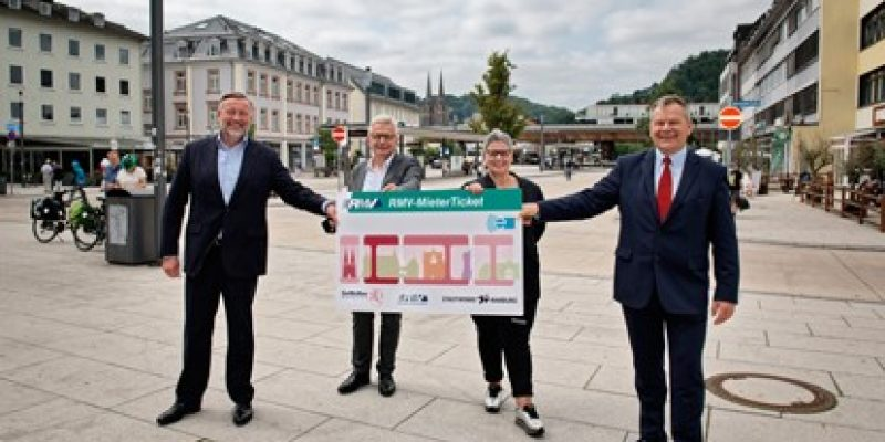 """Wer in einer Wohnung der Gemeinnützigen Wohnungsbau GmbH Marburg-Lahn (GeWoBau) wohnt, kann ab sofort 15 Prozent beim Kauf von RMV-Jahreskarten sparen. Der Rhein-Main-Verkehrsverbund (RMV), die Stadtwerke Marburg, die Universitätsstadt Marburg sowie die GeWoBau haben am Montag das neue """"RMV-MieterTicket"""" für die 5.100 Mietende der städtischen Wohnungsbaugesellschaft vorgestellt."""