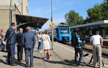 Erstmals kommt in Baden-Württemberg ein mit Wasserstoff betriebener Zug im regulären Betrieb zum Einsatz – und zwar von Mitte Juli 2021 an auf den Zollern-Alb-Bahnen. Verantwortlich dafür sind das baden-württembergische Verkehrsministerium, der Fahrzeughersteller Alstom und die Südwestdeutsche Landesverkehrs-AG (SWEG).