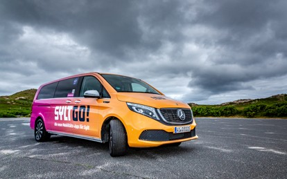Ab sofort ist der neue, nachfragegesteuerte Service der Sylter Verkehrsgesellschaft (SVG) SyltRIDE auf der Insel unterwegs. Es werden drei EQVs von Mercedes-Benz mit je 6 Fahrgastplätzen eingesetzt, die bei Bedarf über die App gerufen werden können.