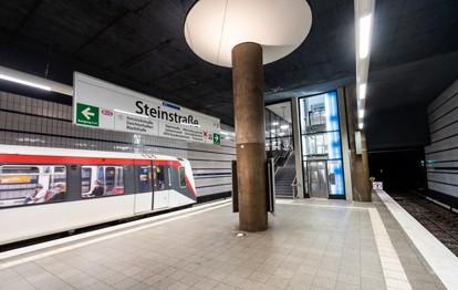 Ab sofort ist die U1-Haltestelle Steinstraße in Hamburg barrierefrei zu erreichen. Damit ermöglicht die Station nun auch älteren Menschen, Eltern mit Kinderwagen und Personen mit Handicap einen einfachen und bequemen Zugang zur U-Bahn.