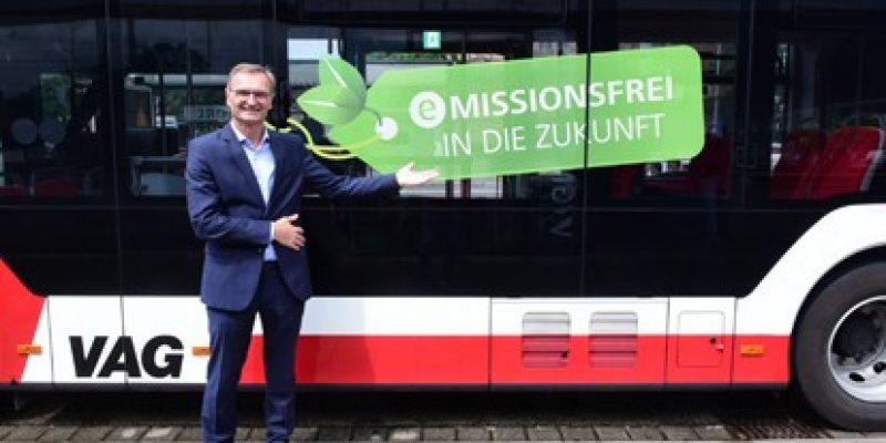 Dem ersten MAN eGelenkbus werden noch in diesem Jahr 27 weitere der Baureihe des Lion's City 18 E sowie elf MAN eSolobusse Lion's City 12 E folgen. Die eBus-Flotte der VAG wächst damit auf 46 Fahrzeuge, was fast ein Viertel der Flotte ist.