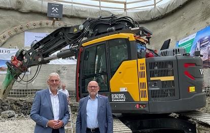 Landrat Helmut Riegger (links) und Verkehrsminister Winfried Hermann (rechts) beim Anstich des Neubautunnels in Ostelsheim am 27.07.2021 (Bild: Landratsamt Calw)