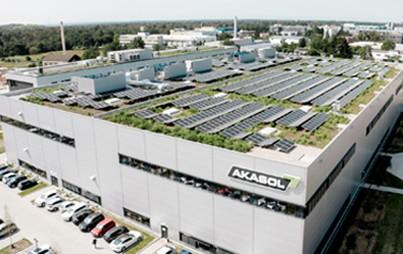 Die Akasol AG hat die Gigafactory 1, Europas größte Fabrik für Nutzfahrzeug-Batteriesysteme, feierlich mit über 160 Gästen eröffnet. Die moderne Fabrik verfügt in der ersten Ausbaustufe über eine Produktionskapazität von bis zu 1 GWh, die sukzessive auf 2,5 GWh bis Ende 2022 ausgebaut wird.