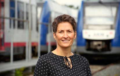Marion Saß, Abteilungsleiterin Marketing Vertrieb der AKN Eisenbahn GmbH mit Sitz in Kaltenkirchen, hat zum 1. August Prokura erhalten. Sie rückt damit an die Stelle des langjährigen AKN-Prokuristen Stefan Bagowsky, der zum 31. Juli 2021 in Rente gegangen ist.
