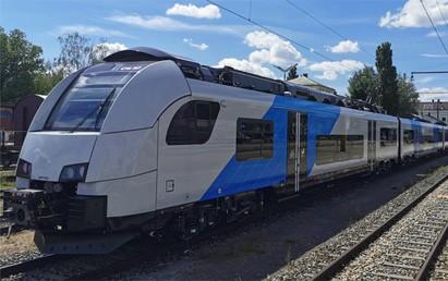 Siemens Mobility hat im Auftrag von Alpha Trains, Leasinggeber für Lokomotiven und Züge, die an die ODEG – Ostdeutsche Eisenbahn GmbH vermieteten Triebzüge von Drei- zu Vierteilern umgebaut. Mit dem Umbau hat Siemens für die Alpha Trains-Züge vom Typ Desiro ML das Zulassungsverfahren für die Kapazitätserweiterung erstmals auf europäischer Ebene durchlaufen.
