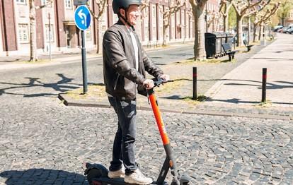 Seit heute können auch Berliner die E-Scooter von Spin nutzen. Ein neuer Standort geht mit rund 120 E-Scootern im Bezirk Treptow-Köpenick im Ortsteil Adlershof an den Start. Mit ihnen können Bewohner und Pendler künftig schnell und unkompliziert etwa von der S-Bahn zum Technologiepark oder bis Alt-Adlershof gelangen.
