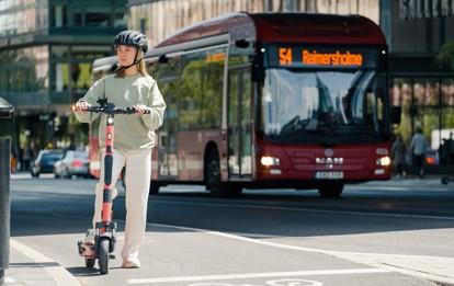 Mit über 500.000 wöchentlichen Fahrten allein in den 5 größten Städten Deutschlands hat Voi sein E-Scooter-Geschäft im Vergleich zur ersten Saison 2019 versechsfacht und arbeitet in 14 der 15 deutschen Märkte profitabel.