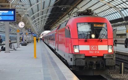 Die Lokführergewerkschaft GDL hält trotz eines Entgegenkommens des Konzerns am geplanten Streik bei der Deutschen Bahn fest. Damit müssen sich Fahrgäste heute und am Dienstag auf große Einschränkungen im Fern- und Regionalverkehr einstellen.