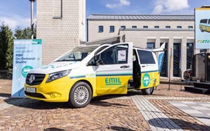 """Heute (2. August 2021) startet in der hessischen Kommune Taunusstein nicht nur das On-Demand-Shuttle EMIL, kurz für """"elektrisch mobil"""", sondern auch die neue RMV-On-Demand-App."""