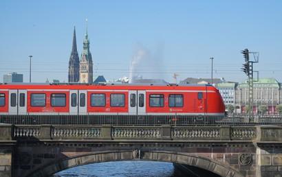 Im Auftrag der Stadt haben die S-Bahn Hamburg und Alstom den Vertrag über die Lieferung von weiteren 64 S-Bahn-Zügen der Baureihe 490 unterzeichnet. Der Auftragswert beläuft sich auf rund 500 Millionen Euro. Damit wurde die im Verkehrsvertrag vereinbarte Option vollständig eingelöst.
