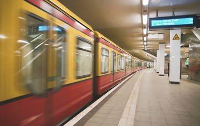 Bedingt durch die Corona-Pandemie waren im 1. Halbjahr 2021 deutlich weniger Fahrgäste im Linienverkehr mit Bussen und Bahnen unterwegs als im Vorjahreszeitraum. Wie das Statistische Bundesamt (Destatis) mitteilt, war das Fahrgastaufkommen mit fast 3,5 Milliarden Personen 18 % geringer als im 1. Halbjahr 2020.