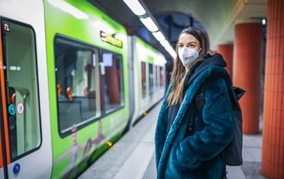 Um auch in Coronazeiten sicher mit Bussen und Bahnen unterwegs sein zu können, haben die öffentlichen Verkehrsunternehmen neue Hygienekonzepte entwickelt und umgesetzt: zum Schutz ihrer Mitarbeiter und Mitarbeiterinnen sowie ihrer Fahrgäste.